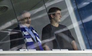 Yaïr Netanyahou (à droite), le fils du Premier ministre Benjamin Netanyahou dans un stade de Haifa le 16 novembre 2014.