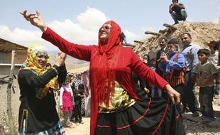 Une femme danse lors d'un mariage en Iran.