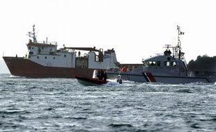 La cour d'assises spéciale de Rennes, composée de magistrats uniquement, a commencé lundi à se pencher sur l'affaire du Junior, cargo panaméen arraisonné en 2008 dans les eaux internationales du golfe de Guinée avec plus de 3 tonnes de cocaïne à bord.