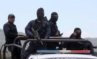 La police quitte le ranch après une intense fusillade à Vista Hermosa le long de l'autoroute Jalisco-Michoacan dans l'Etat du Michoacan le 22 mai