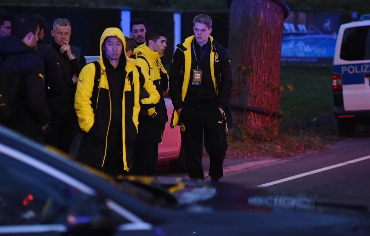 Kagawa et les joueurs du Borussia, après l'attaque contre le bus du club, le 11 avril 2017 – PATRIK STOLLARZ / AFP