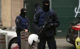 Des policiers lors d'une opération dans le quartier de Molenbeek à Bruxelles le 16 novembre 2015