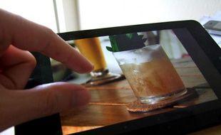 La fonction de zoom à deux doigts sur écran tactile, baptisée «pinch to zoom» en anglais.