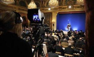 """Si la presse française a globalement vu la prestation de Nicolas Sarkozy, mardi devant la presse, comme un """"show bien rodé"""" aussi brillant qu'offensif, elle dénonce aussi le """"rideau de fumée"""" d'une """"politique de civilisation"""" qui dissimule mal les """"promesses non tenues""""."""