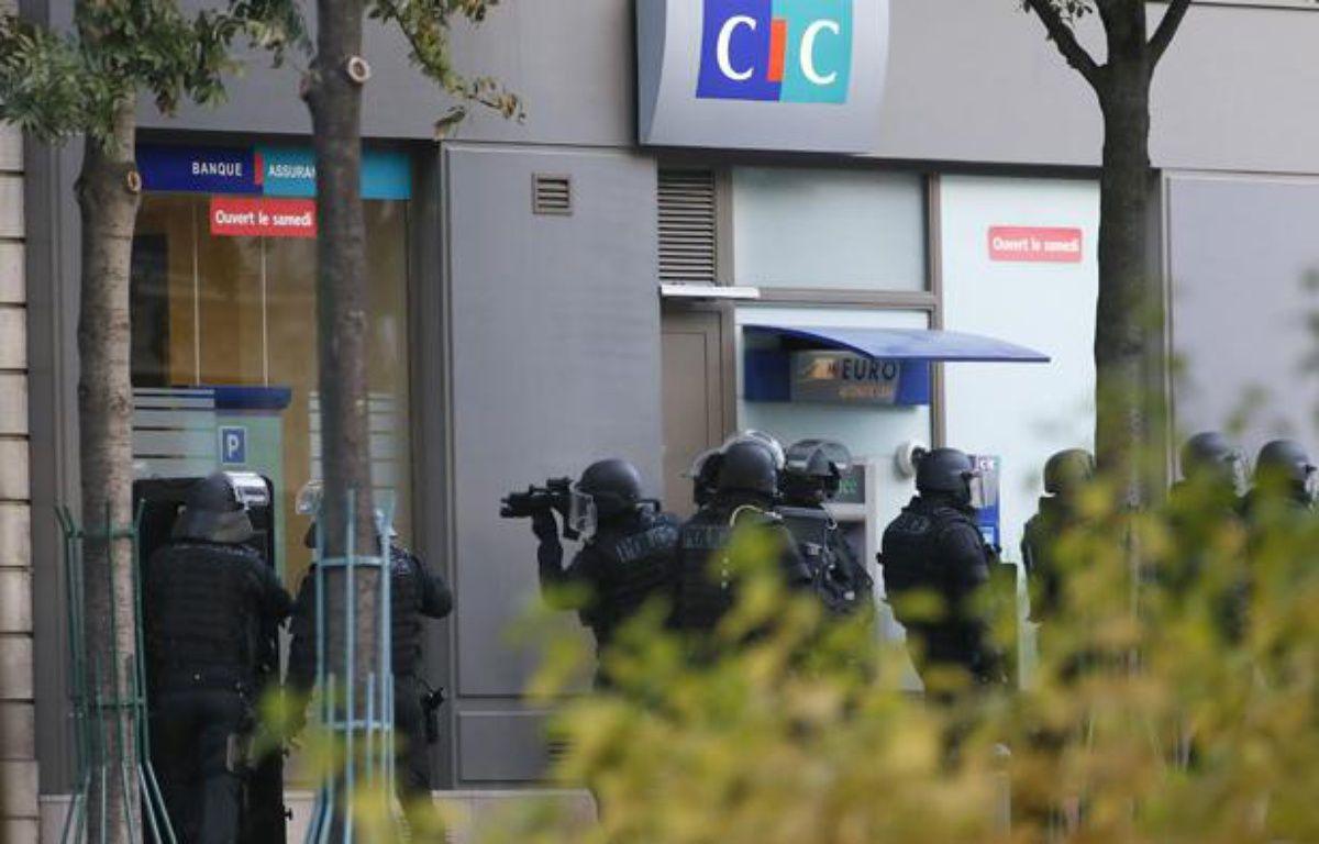 Prise d'otages dans une banque CIC de Paris le 18 octobre 2013. – PATRICK KOVARIK / AFP