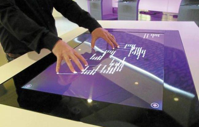 La nouvelle tablette Surface 2.0 conçue par Microsoft, version très grand écran.