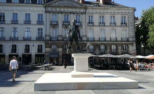 La statue de bronze «Eloge du pas de côté», place du Bouffay à Nantes.