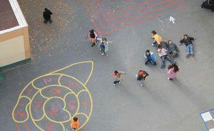 Des enfants jouent dans la cour de leur école maternelle.