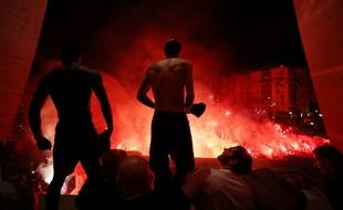 Angel Di Maria et les joueurs du PSG fêtent la qualification en quarts de finale de la Ligue des champions avec leurs supporters devant le Parc des Princes, le 11 mars 2020.