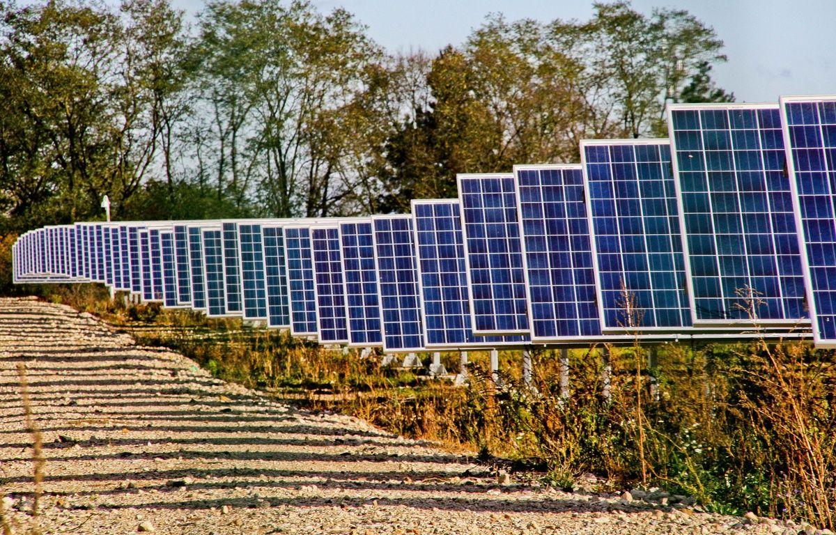 Panneaux solaires dans une centrale solaire à Allonnes dans la Sarthe.  – GILE MICHEL/SIPA