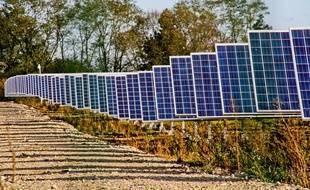 Panneaux solaires dans une centrale solaire à Allonnes dans la Sarthe.