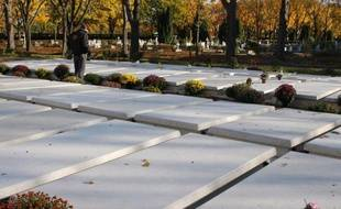 """Ils sont morts dans la solitude mais """"ne seront pas enterrés comme des chiens"""": Les obsèques de sans-abri, personnes âgées ou isolées pour qui personne ne devait se déplacer, se déroulent en présence de bénévoles du collectif Les Morts de la rue."""