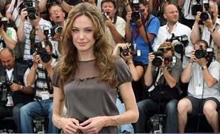"""Visiblement amaigrie, Angelina Jolie se prête à un photocall à son arrivée à Cannes pour la promotion du film """"A Mighty Heart"""" du réalisateur Michael Winterbottom."""