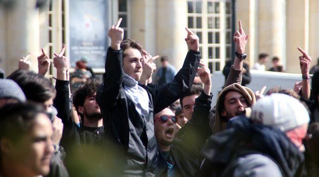 La manifestation contre la loi Travail a été tendue à Rennes, où les manifestants et les forces de l'ordre se sont fait face. – C. Allain / APEI / 20 Minutes