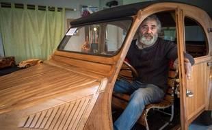 Michel Robillard, un ébéniste à la retraite, a fabriqué lui même la reproduction d'une 2 CV de 1953 en bois fruitier de Touraine.