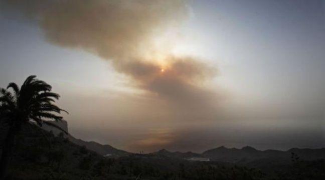 De multiples incendies, nourris par le vent et la canicule, ont brûlé ce week-end des milliers d'hectares de forêts et broussailles à travers l'Espagne, dévorant les sols desséchés, comme aux Canaries où près de 5.000 villageois ont dû quitter leurs maisons. – Desiree Martin afp.com