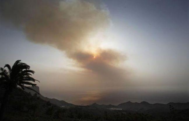 De multiples incendies, nourris par le vent et la canicule, ont brûlé ce week-end des milliers d'hectares de forêts et broussailles à travers l'Espagne, dévorant les sols desséchés, comme aux Canaries où près de 5.000 villageois ont dû quitter leurs maisons.
