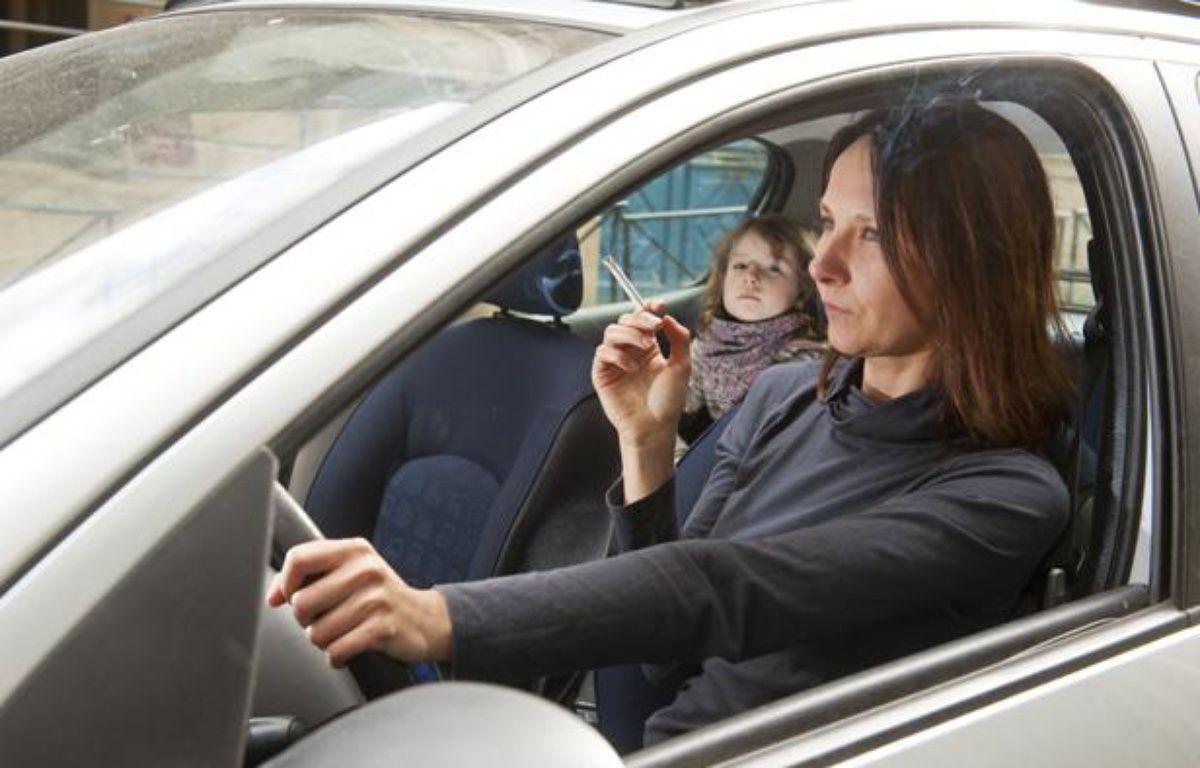 Une loi pourrait interdire la cigarette en voiture en présence des enfants. – no credit