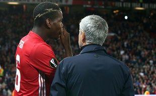 Paul Pogba et José Mourinho en discussion lors du match entre Manchester United et le FC Zorya en Ligue Europa, le 29 septembre 2016.