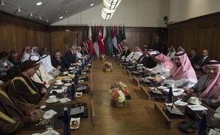 Le président américain Barack Obama (centre gauche) parle avec l'émir du Koweit Sheikh Sabah al-Ahmed al-Jaber al-Sabah avant le début d'une rencontre avec des dirigeants des pays du Golfe, le 14 mai 2015 à Camp David