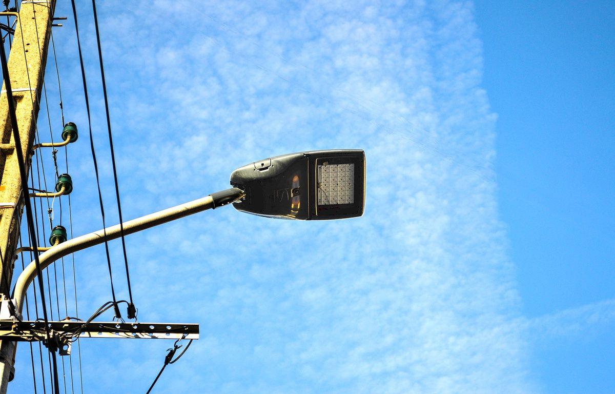 Un lampadaire intelligent dans une rue de Toulouse. – Kawantech