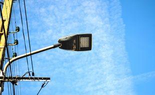 Un lampadaire intelligent dans une rue de Toulouse.