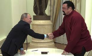 Vladimir Poutine remet son passeport russe à Steven Seagal à Moscou le 25 novembre 2016.