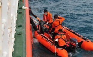 Des équipes de recherche sont à bord de canots en mer de Java, le 2 février 2015 pour récupérer des restes de l'avion d'Air Asia qui s'est abîmé en mer en décembre 2014