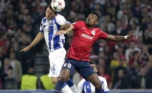 Le lillois Salomon Kalou et le portugais Victor Herrera lors du match de barrage aller de la ligue des Champions opposant Lille à Porto.