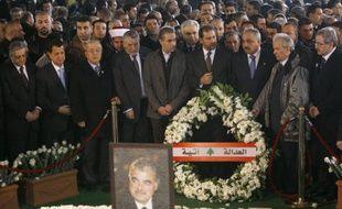 Les autorités libanaises placent une couronne sur la tombe de l'ex-Premier ministre libanais Rafic Hariri le 1er mars 2009 à Beyrouth.
