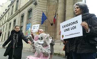 Des militants de l'association Paris Animaux Zoopolis manifestent devant le Ministère de la Transition Ecologique.