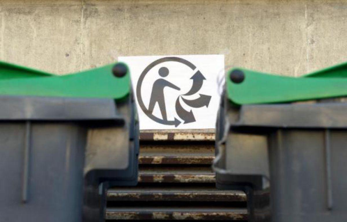 """Le logo """"Triman"""" près de poubelles à Paris, le 10 mars 2014 – Alain Jocard AFP"""