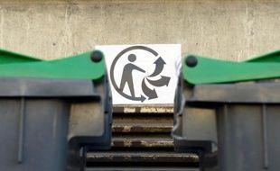 """Le logo """"Triman"""" près de poubelles à Paris, le 10 mars 2014"""