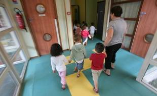 Illustration d'enfants et d'un Atsem dans une ecole maternelle de Toulouse  lors de la recréation.