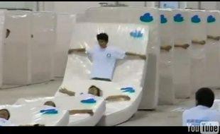 Capture d'écran de la vidéo du nouveau record de domino humain avec matelas réalisé à Shanghai, en Chine.