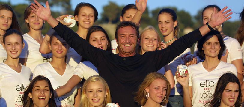 Nice, le 3 septembre 2001. Gérald Marie pose au milieu de jeunes femmes qui participent au concours Elite Model Look.