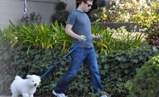 Mark Zuckerberg sortant de chez lui avec son chien, le 16 avril 2011 à Palo Alto, en Californie