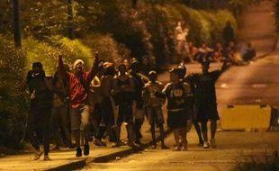 De nouveaux affrontements entre forces de l?ordre et bandes de jeunesse sont produits dans la nuit de vendredi à samedi à La Réunion, principalement dans le quartier du Chaudron à Saint-Denis où 5 jeunes ont été interpellés et placés en garde à vue.