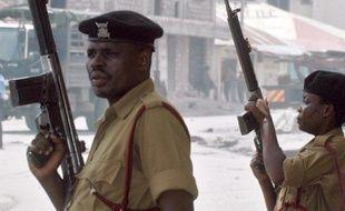 Dix personnes ont été blessées jeudi par une grenade lancée dans un restaurant d'un site touristique de la côte du Kenya, a annoncé la police.