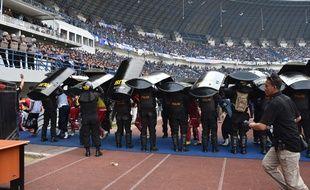 Les policiers déployés lors du match entre le Persib Bandung et Persija Jakarta.