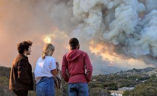 Kate, une jeune Californienne, regarde le Woolsey fire brûler, près de Los Angeles, depuis la route Mulholland Highway, le 9 novembre 2018.