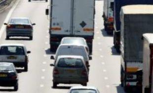 Les préfectures de trois départements du sud-est -Bouches-du-Rhône, Var et Alpes de Haute-Provence- ont annoncé dimanche des mesures de limitation de vitesse pour les véhicules pour lundi en raison des risques de pollution par l'ozone.