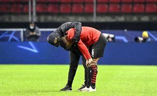 Le Brésilien Dalbert est consolé après la nouvelle défaite du Stade Rennais mardi soir face au FC Séville en Ligue des champions.