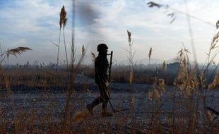 Un soldat afghan patrouille, le 11 décembre 2014, sur une route de campagne