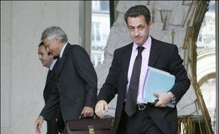 """La double casquette de Nicolas Sarkozy, candidat à la présidentielle et ministre de l'Intérieur, poste qu'il quittera le 26 mars mars, a suscité jusqu'au bout la polémique, ses adversaires, à gauche mais aussi à l'UDF, dénonçant une """"confusion des genres"""" et des moyens."""