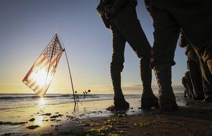Rassemblement sur Omaha Beach à Saint-Laurent-sur-Mer, en Normandie, le dimanche 6 juin 2021, jour du 77e anniversaire du débarquement qui a contribué à mettre fin à la Seconde Guerre mondiale.