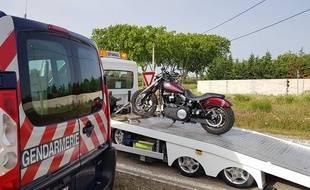 Un motard au guidon d'une Harley-Davidson a été intercepté par la gendarmerie nationale alors qu'il roulait à 176 km/h au lieu des 90 km/h autorisés. Son permis a été suspendu et sa moto retirée.