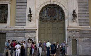 Une file de retraités devant la banque nationale grecque, le 7 juin 2015 à Athènes.