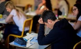 Un candidat à l'épreuve de philosophie du bac à Paris, le 15 juin 2017.AFP PHOTO / Martin BUREAU
