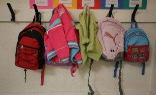 Premier de rentree scolaire dans une ecole maternelle de Toulouse petits sacs d'ecolier suspendus a un porte manteau.